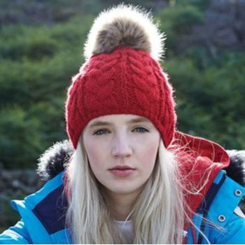 Fur pop pom cable beanie Vignette